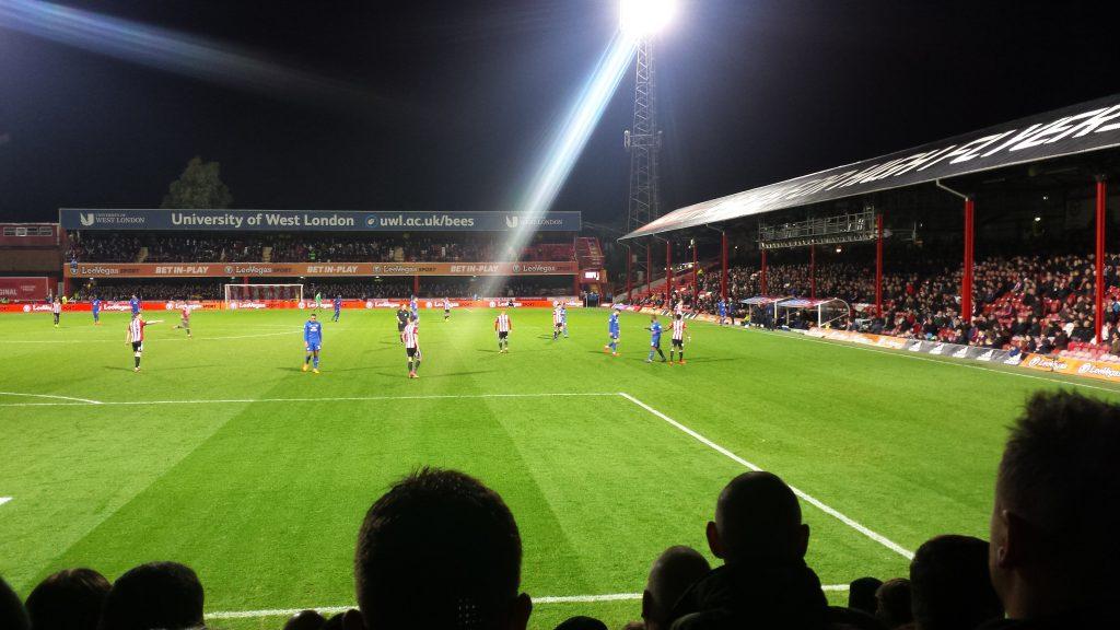 Der FC Brentford beginnt stürmisch.