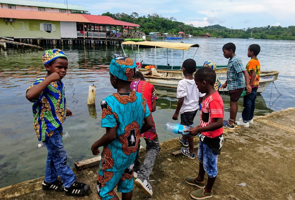 Kinder fischen in Bocas del Toro mit Plastikflasche