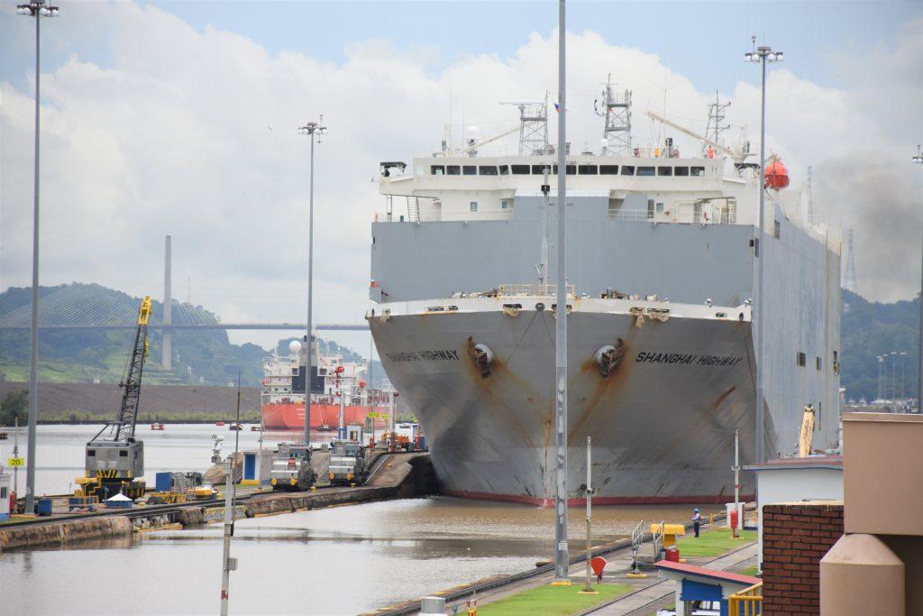 Schiff nähert sich auf dem Panamakanal