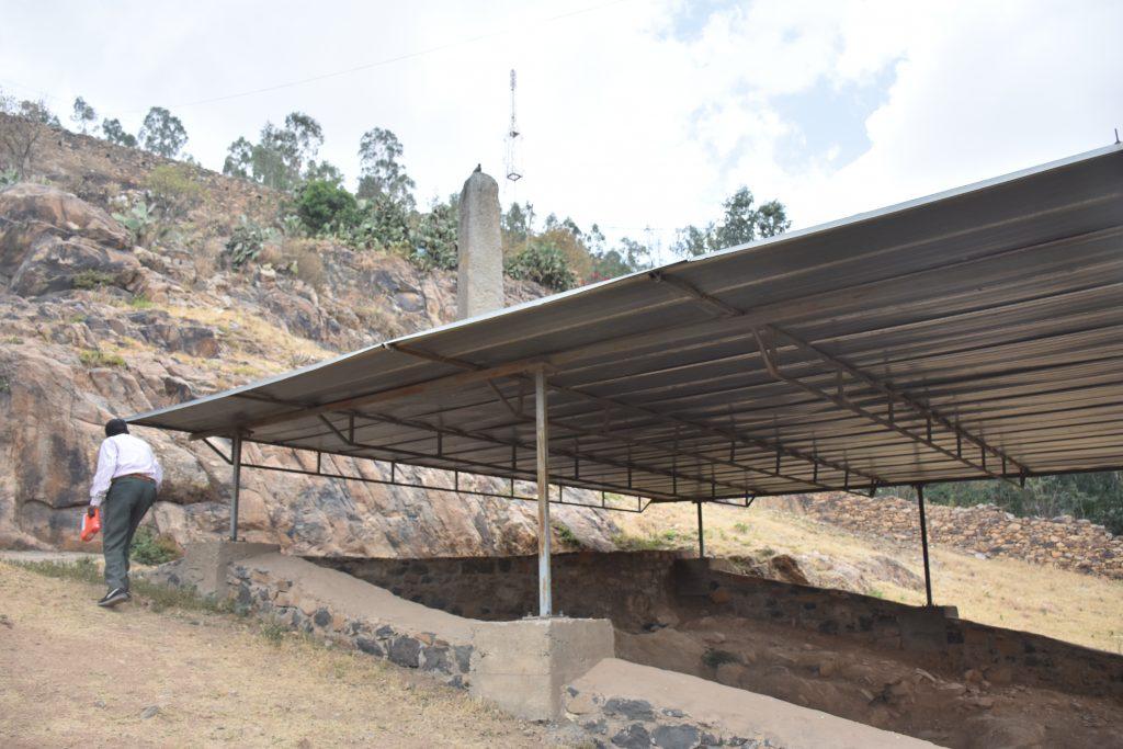 überdachtes Grab Bazan