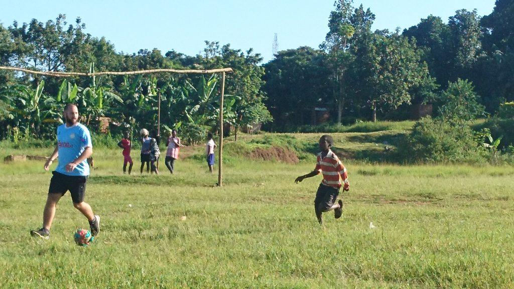 Volunteering in Uganda - Markus hat Ball
